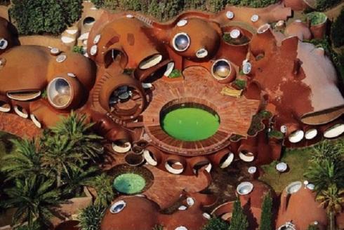 Pierre-Cardin's-Bubble-House-by-Antti-Lovag-designrulz-2