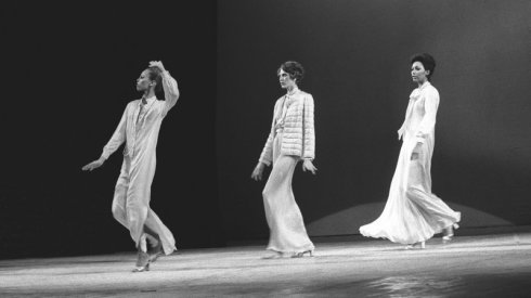 Models show designs by Oscar de la Renta at the 1973 Versailles show